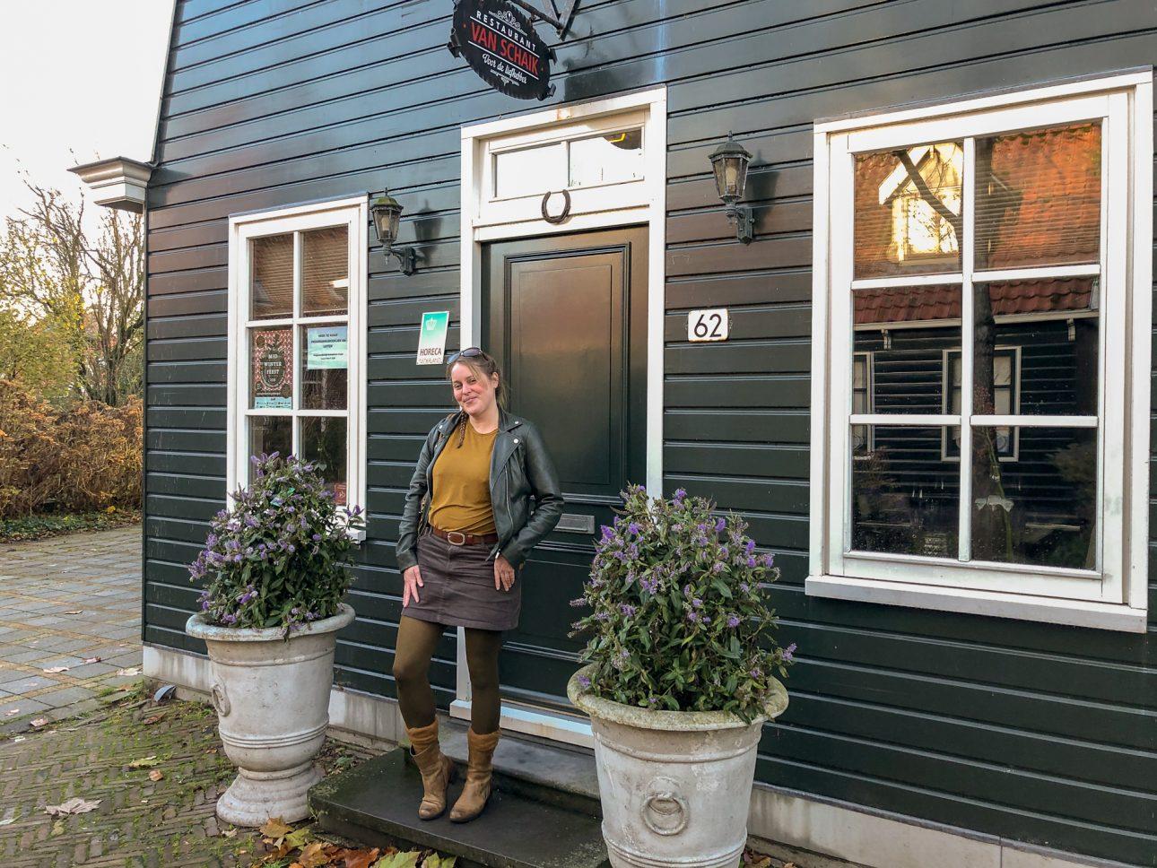 marloes Bloedjes exposeert haar schilderijen bij restaurant Vna Schaik in Markenbinnen