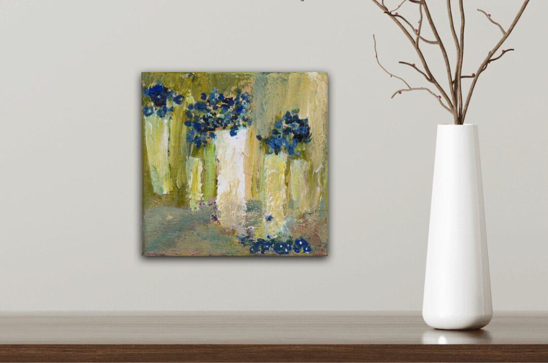 Abstracte vazen met blauwe bloemen door Marloes Bloedjes