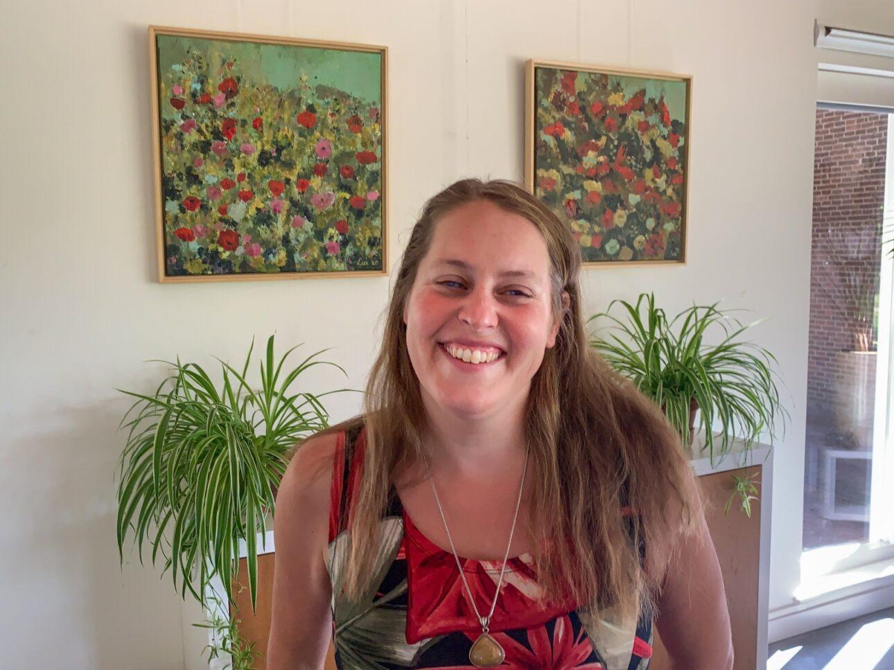 Marloes bij bloemenschilderijen bij Koetshuijs Kasteeltuin Assumburg