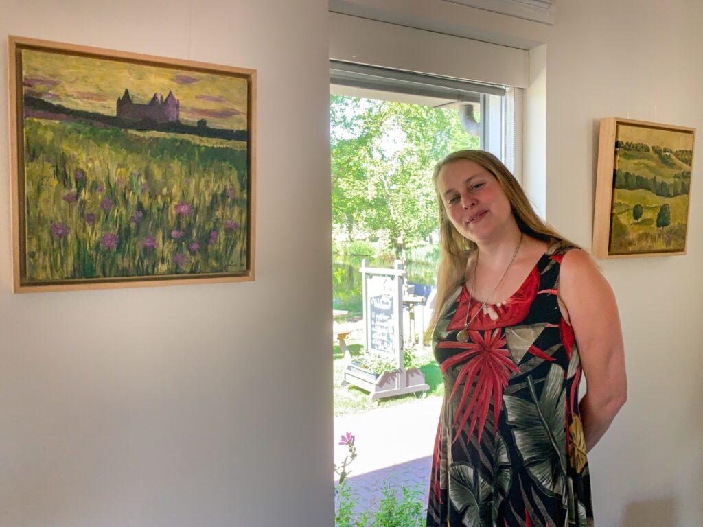Marloes bij schilderij 'Roze Korenbloemen'